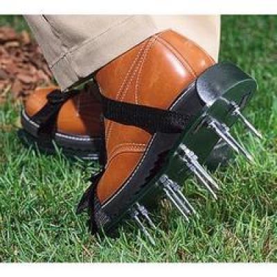 Обувь для аэрации газона