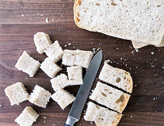 Салат нисуаз: салат с сухариками и консервированным тунцом