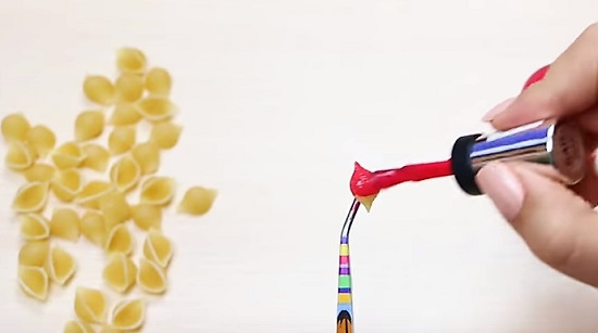 красим лаком макароны