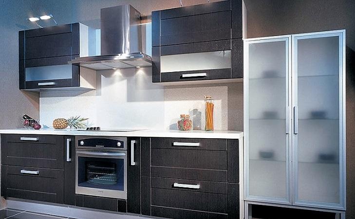 Темный цвет мебели кухни