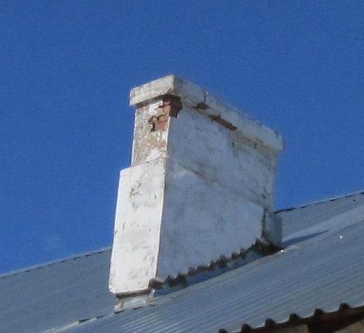южная сторона дома и правая труба