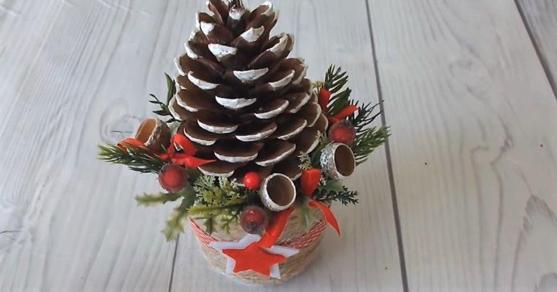 новогодний декор из шишки