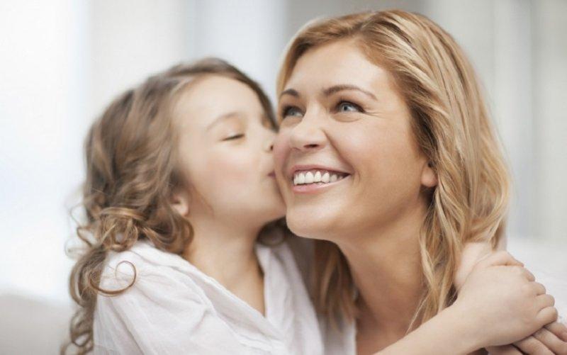 подарок маме в виде поцелуя