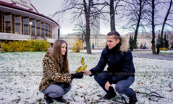 molodaya-krasivaya-devushka-i-molodoi-chelovek-sidyat-0013027199-preview-9