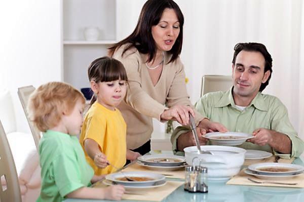 Семья ест суп