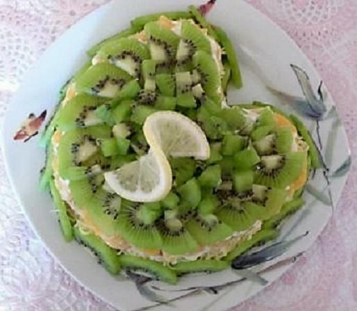 Салат с киви и крабовыми палочками