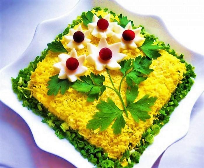 салат украшенный Мимоза