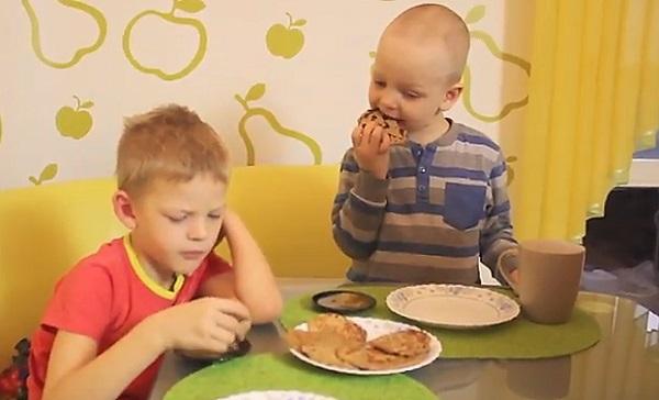 дети едят блины