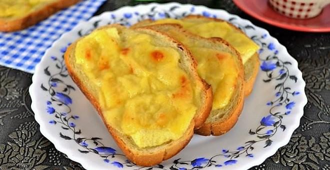 Сухарики с сыром и яблоками