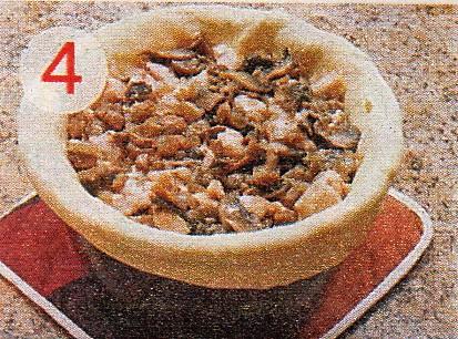 Уложите филе и грибы