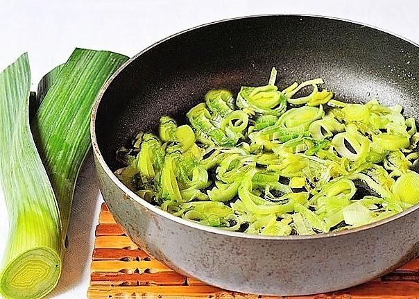 Спассировать лук-порей для супа минестрон