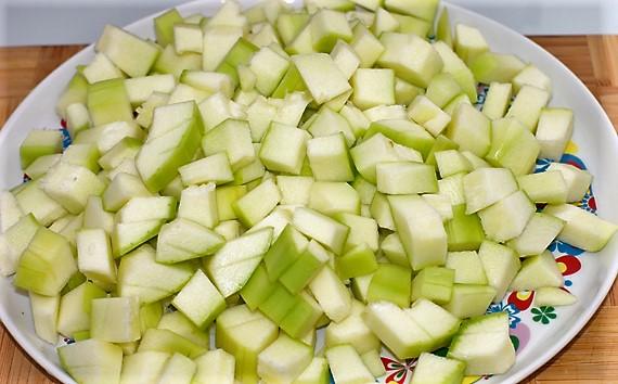 Нарезать на дольки кабачки для супа минестрон