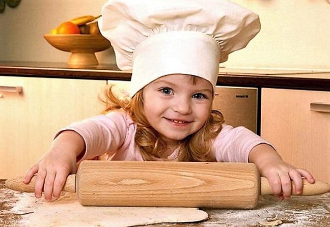 Пирожки лепят дети