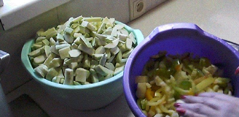 нарезаем кабачки и овощи