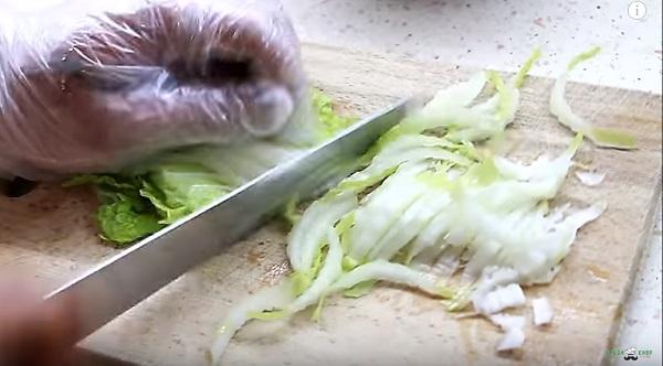 нарезаем китайскую капусту
