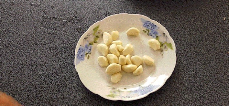 чеснок на тарелке