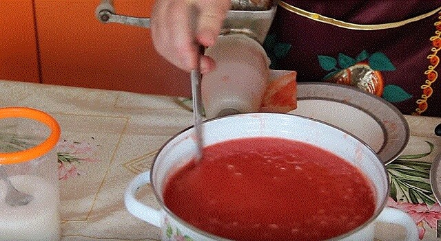 томатный сок в кастрюле