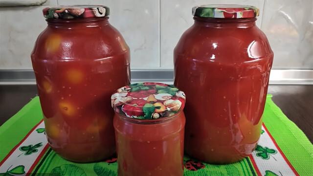 банки с томатами в своем соке