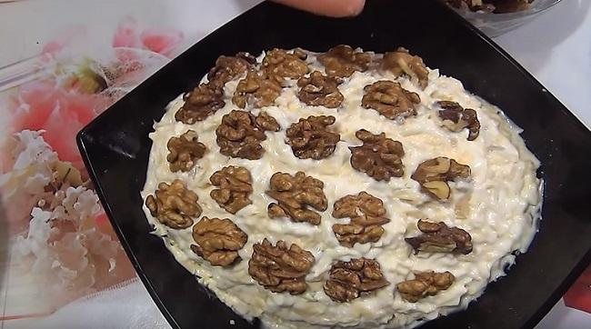 грецкие орехи на салате