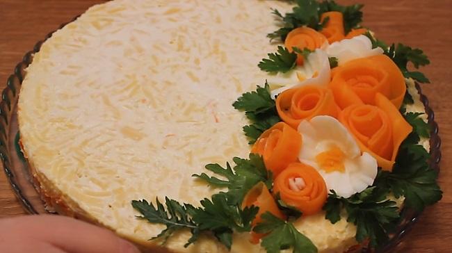 салат из ананаса и курицы - фото