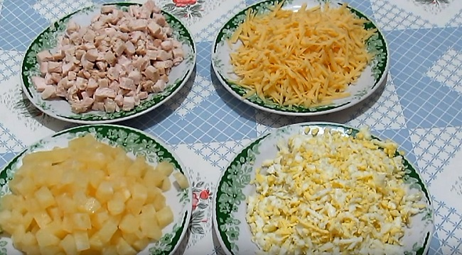 кусочки курицы и ананаса
