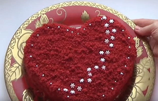 торт Красный бархат на блюде