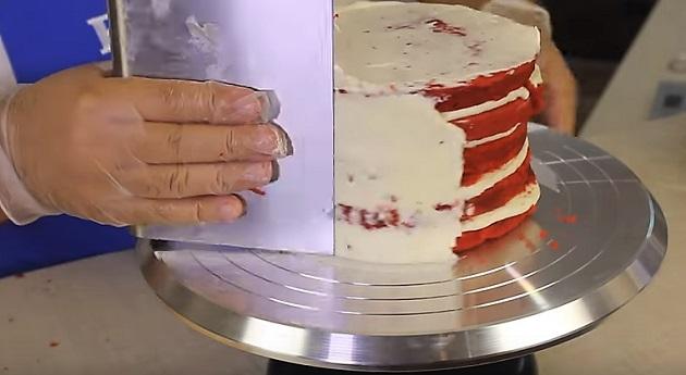 разравниваем крем на десерте
