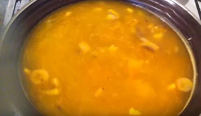 сырный суп в кастрюле