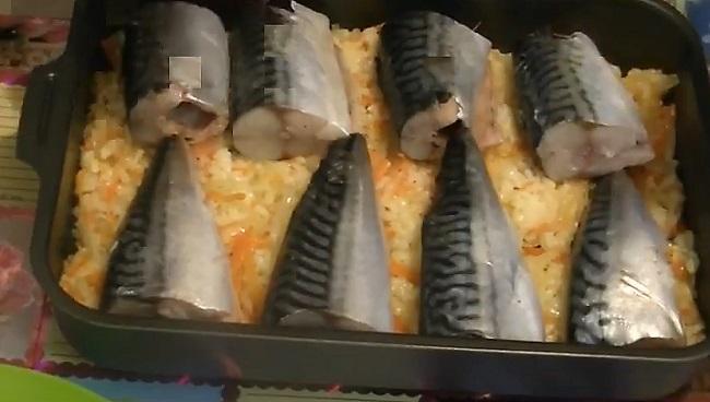 кладем кусочки рыбы на овощи