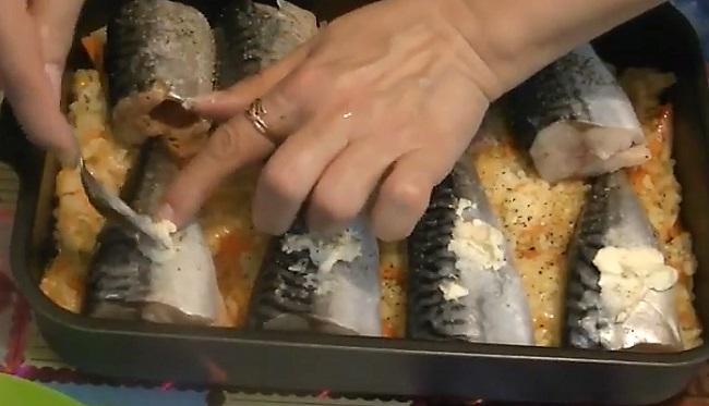 маслом мажем рыбу