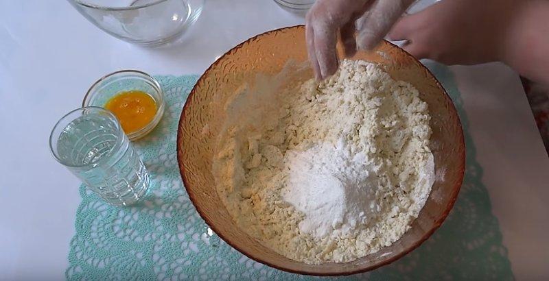 добавляем сахар в тесто
