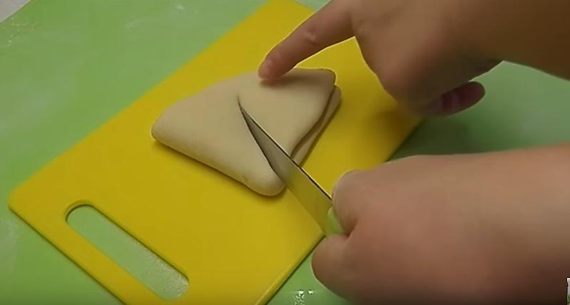 разрезаем ножом тесто