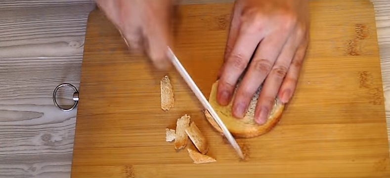 отрезаем кромку хлеба