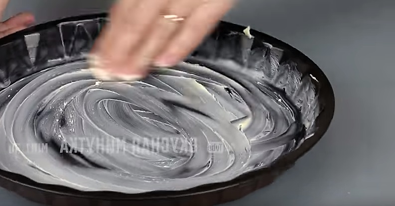 намазываем маслом форму