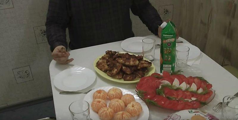 стол с мясом на углях