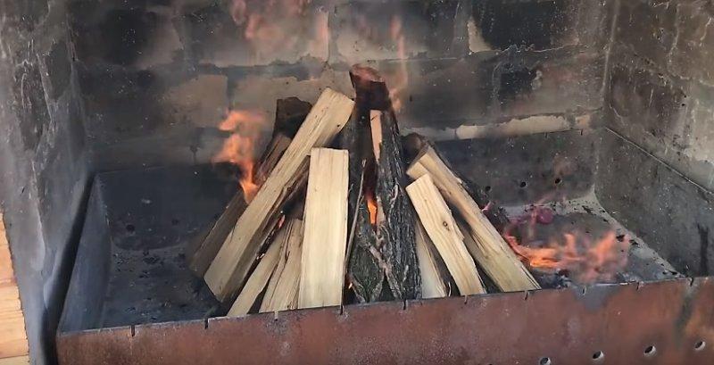 зажигаем костер из дров