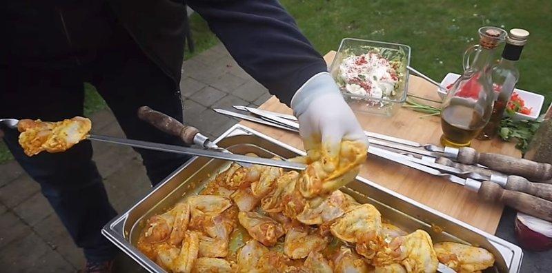 надеваем мясо на шампур