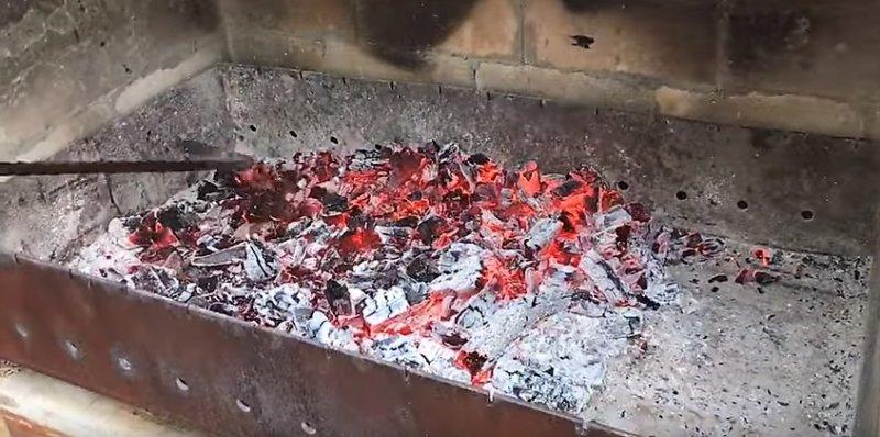 костер прогорел и угли готовы.