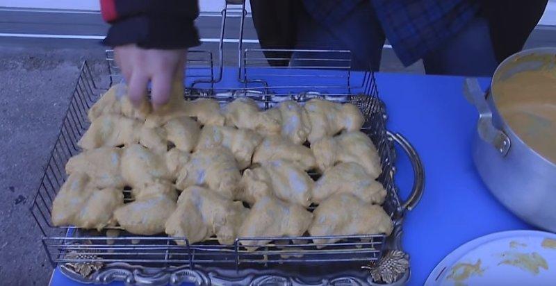 раскладываем курицу на решетку