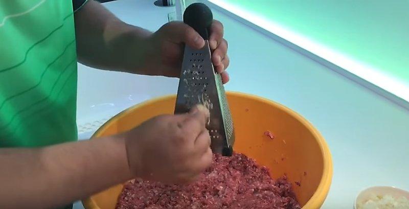 трем чеснок на терке