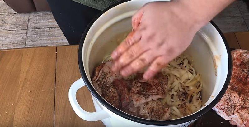 мясо уложено в кастрюлю