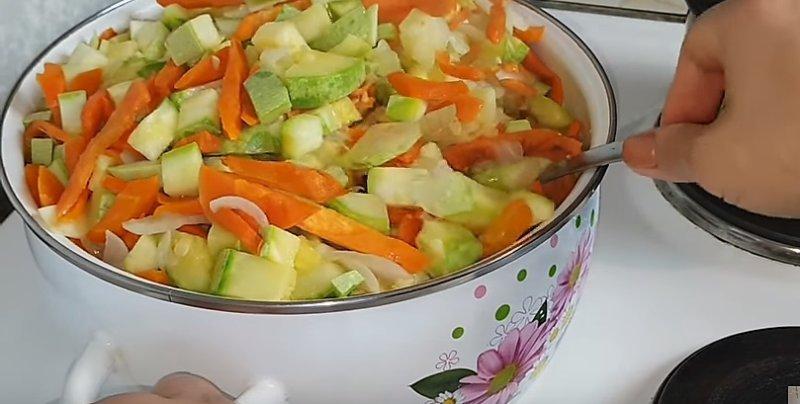 томим овощи на огне