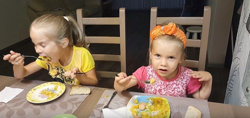 дети едят рагу