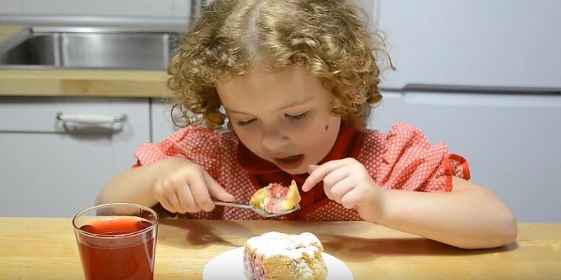 девочка есть пирог