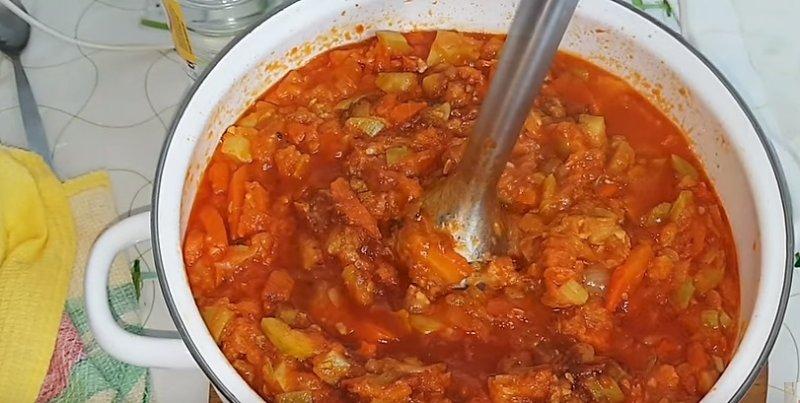 томим овощи на плите