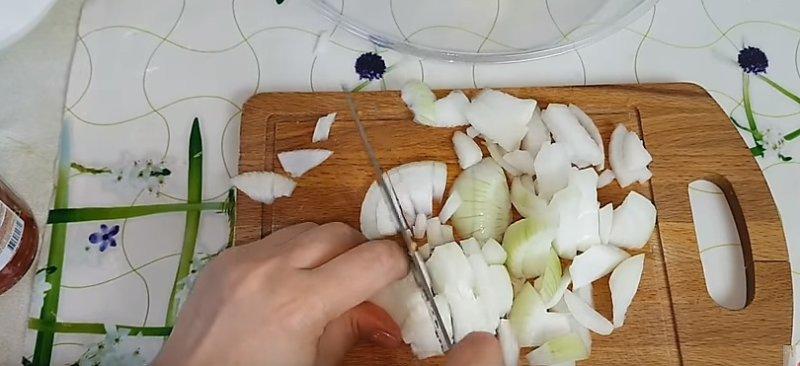 режем лук на кусочки