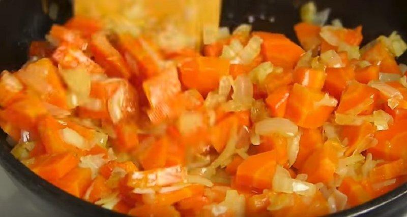тушеные лук и морковь
