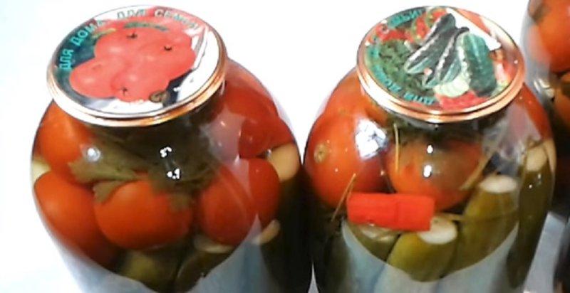 помидоры с огурцами в банке