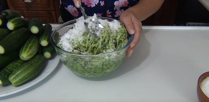измельченные огурцы с солью