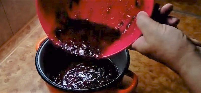ягодную массу кладем в кастрюлю